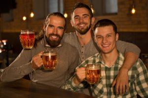 Kategorie Männer, 3 Freunde trinken Bier