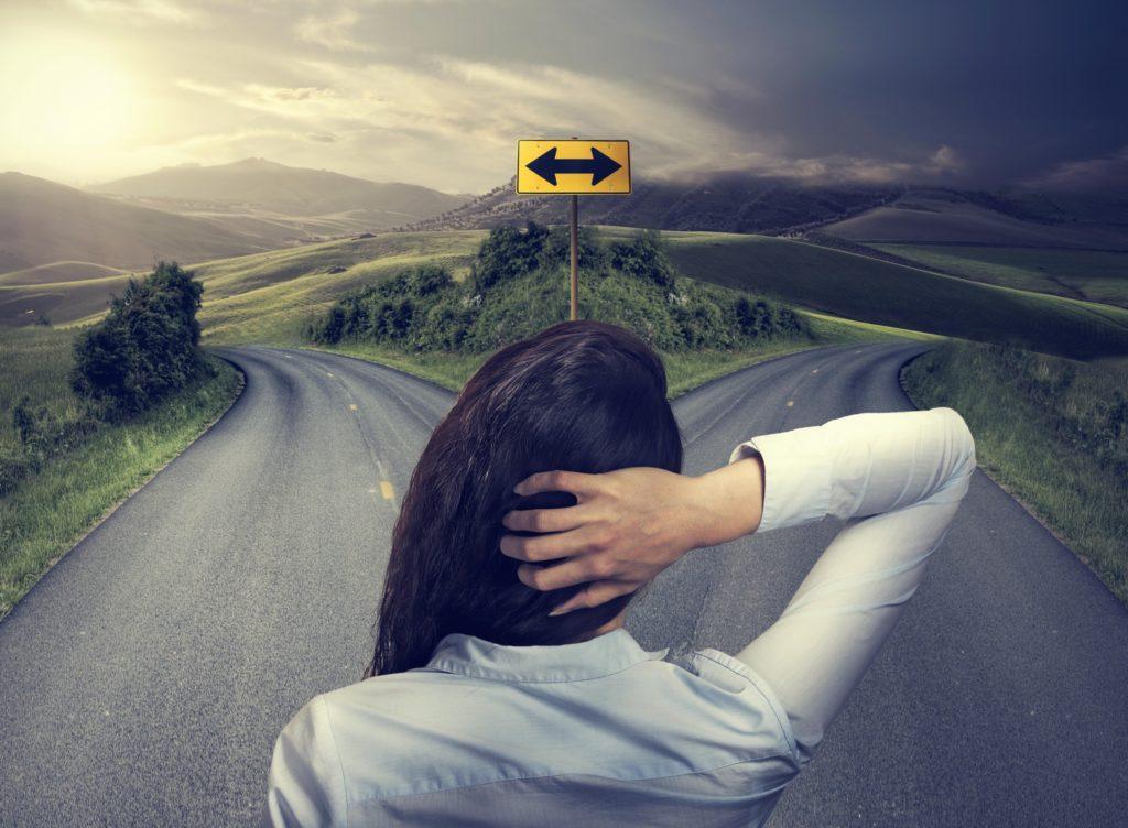 Frau steht vor Entscheidung in Beziehung gehen oder bleiben